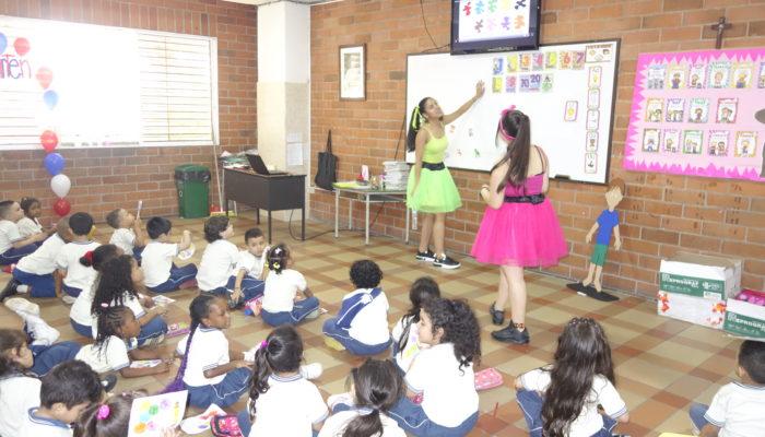 Actividades lúdicas en inglés realizadas por los estudiantes de grado Undécimo con los niños de Transición.